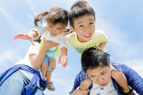 公園で遊ぶ4人家族の素材 [FYI01075836]