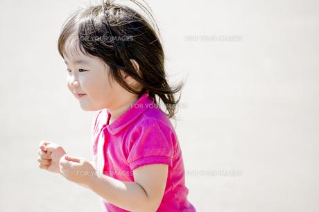 公園で笑う女の子の素材 [FYI01075839]