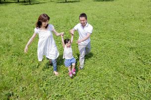 公園を歩く3人家族の素材 [FYI01075841]