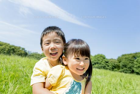 公園で遊ぶ兄と妹の素材 [FYI01075848]