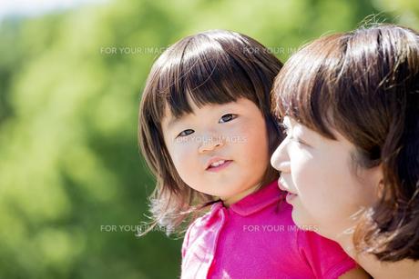 公園で母親と遊ぶ娘の素材 [FYI01075849]