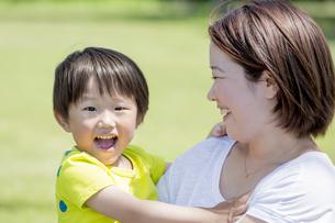 公園で遊ぶ母親と息子の素材 [FYI01075854]