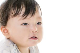 リビングで見つめる赤ちゃんの素材 [FYI01075859]
