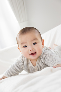 リビングで笑う赤ちゃんの素材 [FYI01075865]