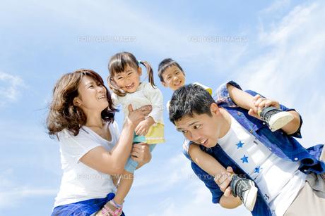 公園で遊ぶ4人家族の素材 [FYI01075873]