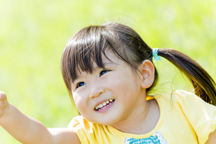 公園で手を上げる女の子の素材 [FYI01075891]