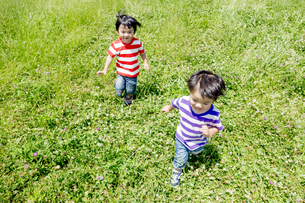 公園を走る男の子たちの素材 [FYI01075896]