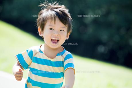公園を走る男の子の素材 [FYI01075900]