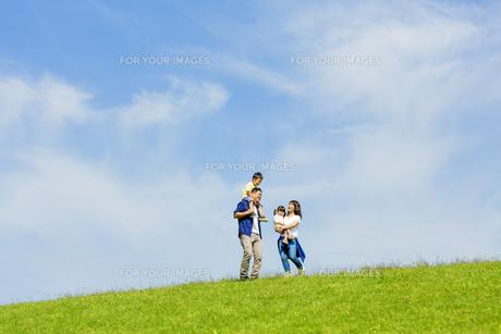 公園で遊ぶ4人家族の素材 [FYI01075903]