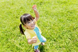 公園で手を上げる女の子の素材 [FYI01075904]