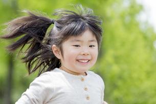 公園を走る女の子の素材 [FYI01075923]