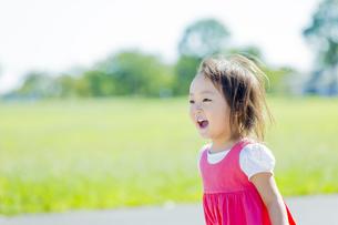公園を歩く女の子の素材 [FYI01075931]