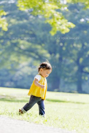 公園を歩く女の子の素材 [FYI01075937]