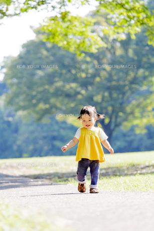公園を歩く女の子の素材 [FYI01075940]
