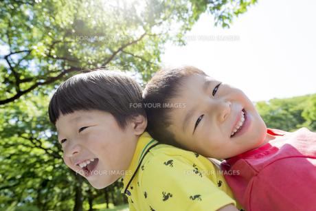 新緑の公園で遊ぶ兄弟の素材 [FYI01075943]
