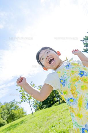 公園で遊ぶ女の子の素材 [FYI01075947]