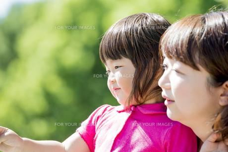 公園で母親と遊ぶ娘の素材 [FYI01075952]