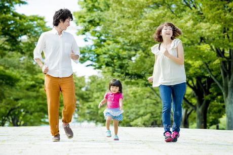 公園を走る3人家族の素材 [FYI01075954]