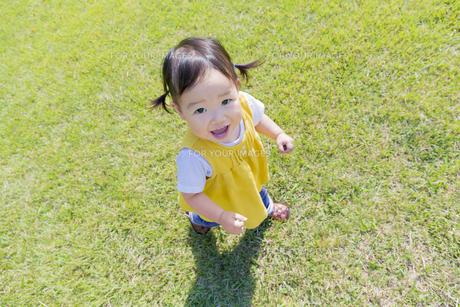 公園を歩く女の子の素材 [FYI01075959]