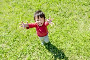 公園で両手をあげる男の子の素材 [FYI01075960]
