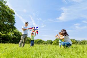公園で凧揚げをする4人家族の素材 [FYI01075966]