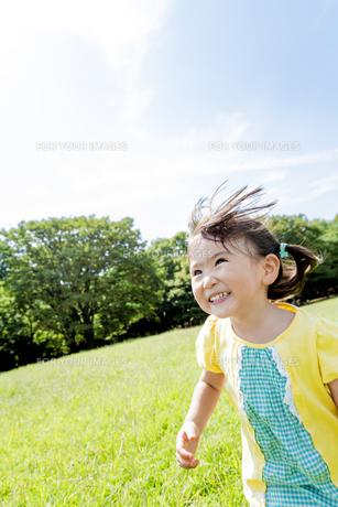 公園を走る女の子の素材 [FYI01075973]
