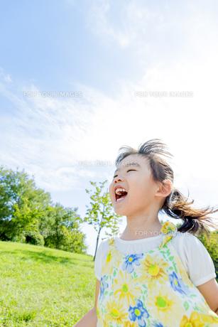 公園で遊ぶ女の子の素材 [FYI01075982]