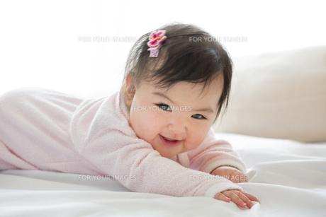 リビングで遊ぶ幼児の素材 [FYI01075983]