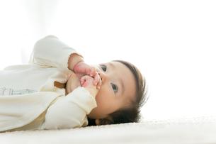リビングに寝転ぶ幼児の素材 [FYI01075990]