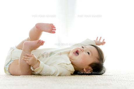 リビングに寝転ぶ幼児の素材 [FYI01075991]