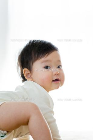 リビングで笑う幼児の素材 [FYI01075992]