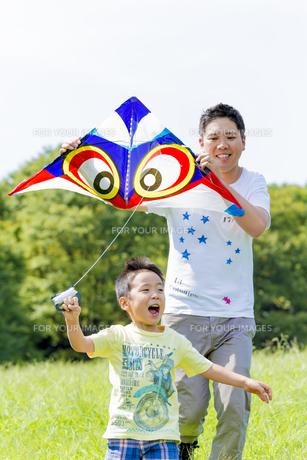 公園で凧揚げをする父親と息子の素材 [FYI01075995]