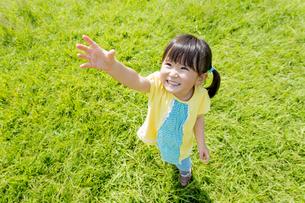 公園で手を上げる女の子の素材 [FYI01076017]