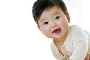 リビングで笑う幼児の素材 [FYI01076019]