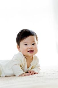 リビングで笑う幼児の素材 [FYI01076021]