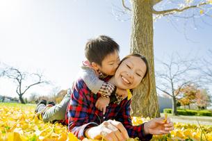 紅葉の公園で遊ぶ母親と息子の素材 [FYI01076024]