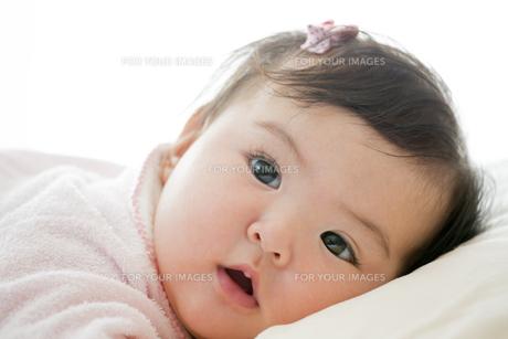 リビングで横になる幼児の素材 [FYI01076028]