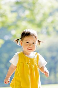 公園を歩く女の子の素材 [FYI01076034]