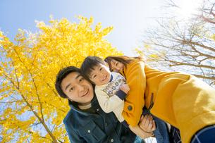 紅葉の公園で遊ぶ息子と両親の素材 [FYI01076036]