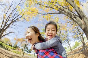 紅葉の公園で遊ぶ母親と息子の素材 [FYI01076037]