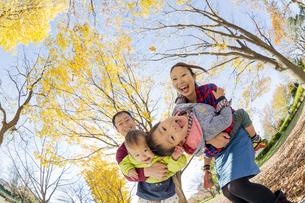 紅葉の公園で遊ぶ4人家族の素材 [FYI01076041]