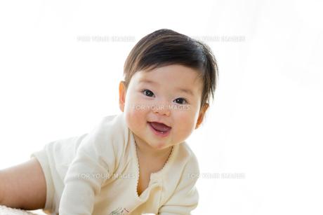 リビングで笑う幼児の素材 [FYI01076043]