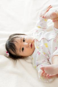 リビングで遊ぶ幼児の素材 [FYI01076049]