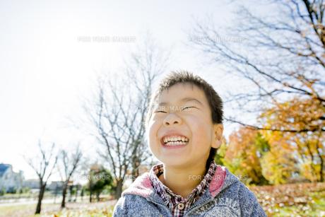 紅葉の公園で笑う男の子の素材 [FYI01076053]