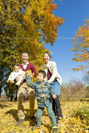 紅葉の公園で遊ぶ人家族の素材 [FYI01076057]