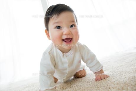 リビングで笑う幼児の素材 [FYI01076058]