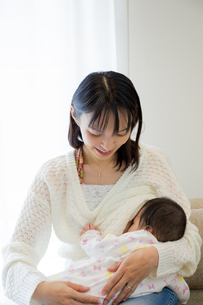 リビングで授乳中の母親の素材 [FYI01076062]