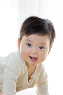 リビングで笑う幼児の素材 [FYI01076064]