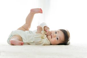 リビングに寝転ぶ幼児の素材 [FYI01076067]