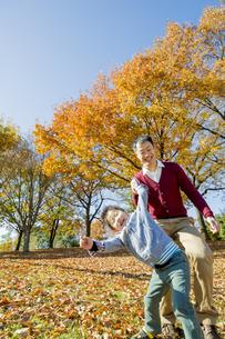 紅葉の公園で遊ぶ父親と息子の素材 [FYI01076070]